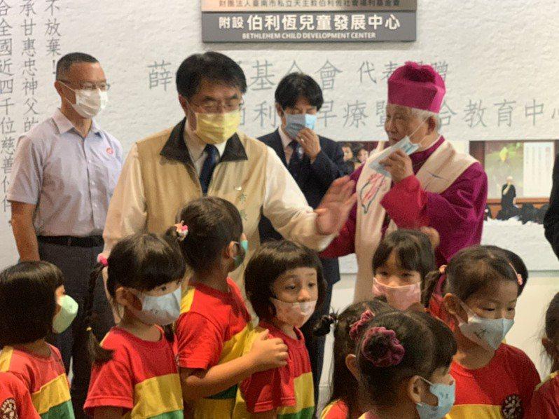 台南市長黃偉哲今天出席學甲伯利恆兒童學習中心揭牌。記者吳淑玲/攝影