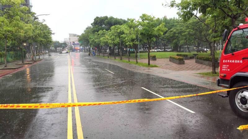 北市中山北、福林路口積水30公分,目前現場已劃設警戒線。圖/北市府提供