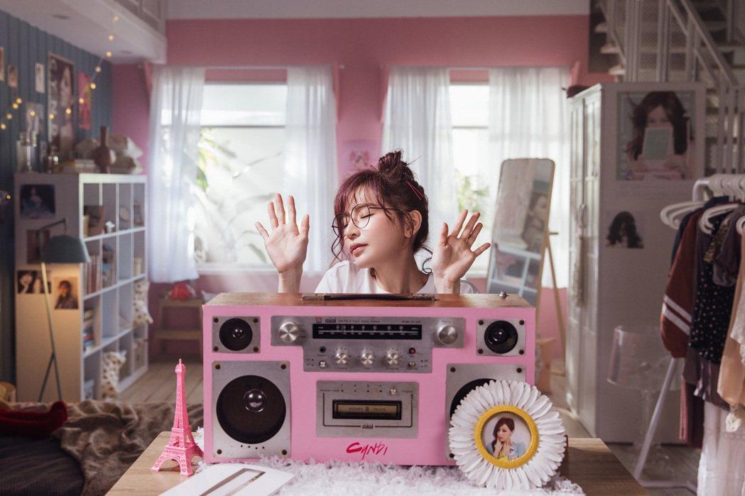 王心凌在預告篇影片化身自己的「迷妹」,俏皮又可愛。圖/環球音樂提供