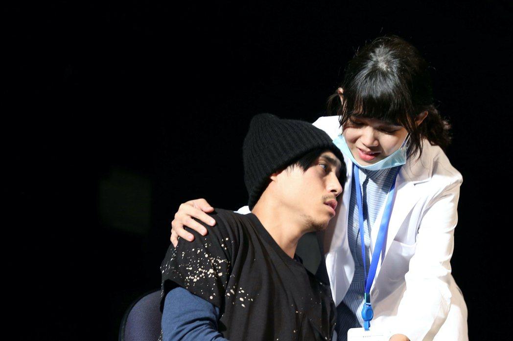 李劭婕(右)正排練劇場版「我們與惡的距離」。圖/故事工廠提供