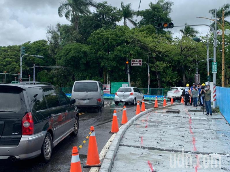 虎尾鐵橋及糖廠前的三叉路口,最近正在施行改善工程,但新設的人行道反被認為是危險路口,且平時車流量大,加上視線落差,容易造成事故。記者陳苡葳/攝影