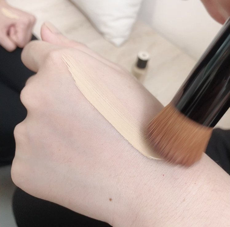 香奈兒恆潤裸光水慕絲粉底10種色選,貼近每一個膚色。記者劉小川/攝影