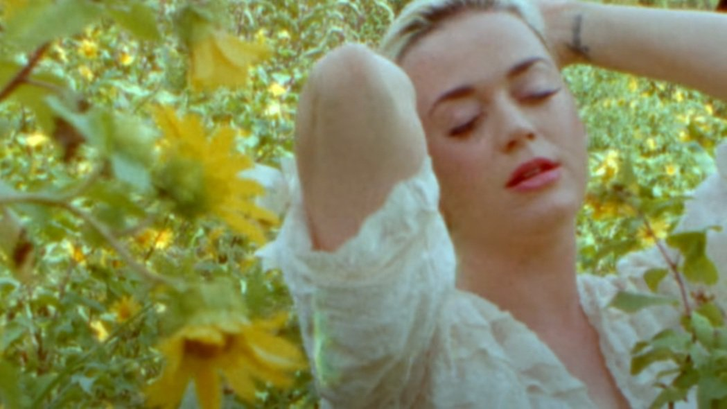 凱蒂佩芮早先一大叢菊花間拍MV,已經預告女兒名字。圖/摘自YouTube