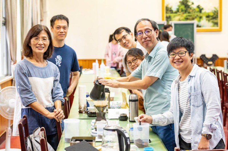 台南女中昨辦「人工智慧咖啡GO」、「記憶的氣味」課程教學模組觀摩研習。記者鄭惠仁/攝影