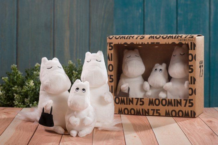 嚕嚕米針對75週年,推出紀念玩偶、紀念別針等商品。圖/嚕嚕米主題餐廳提供