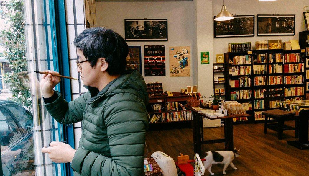 何景窗在書店寫詩並展覽。 圖/何景窗提供