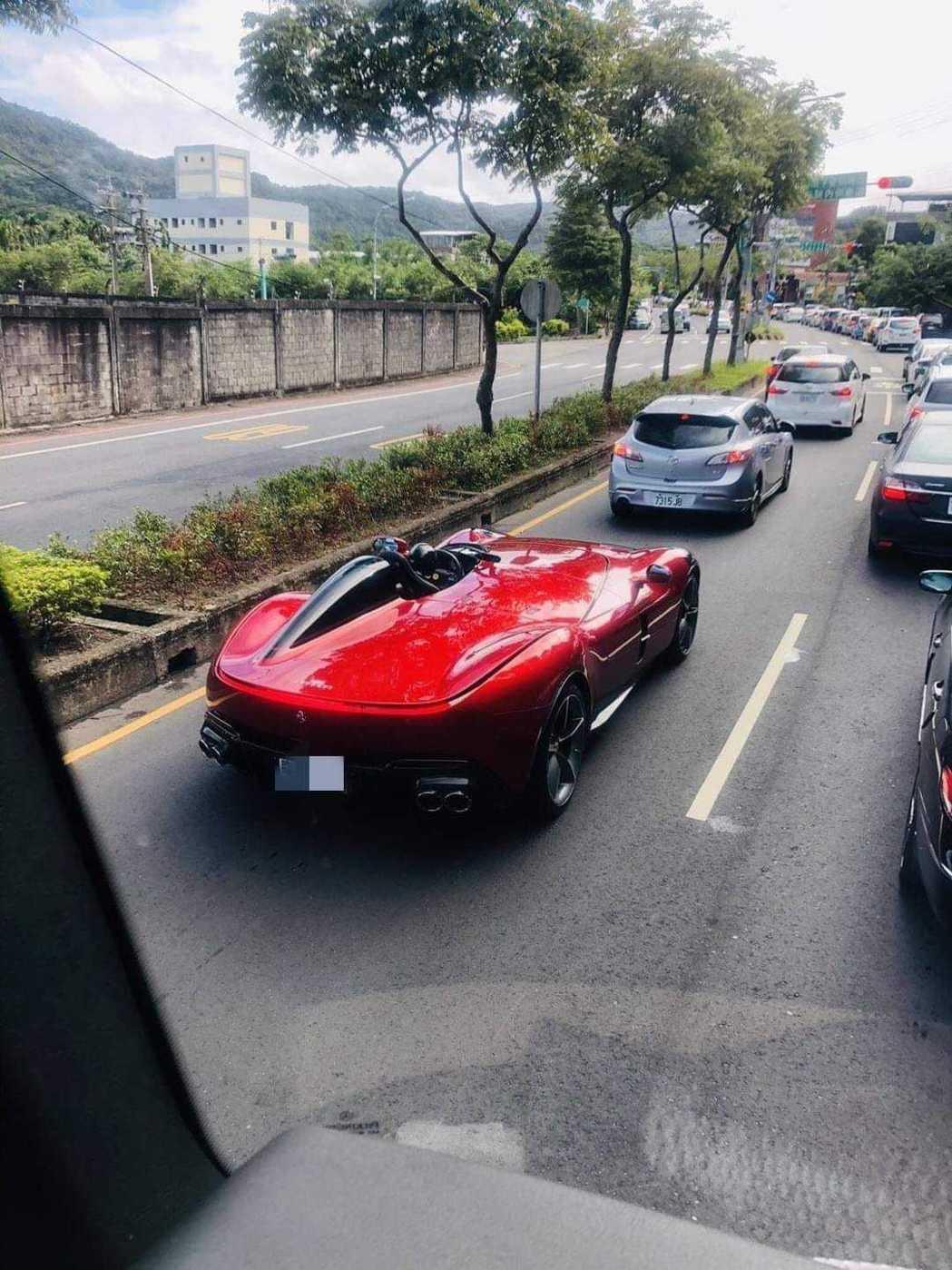 有網友在路上看到要價至少8500萬元的Ferrari Monza SP1。 圖擷...