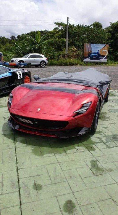 Ferrari Monza SP1蓋上布防雨的畫面。 圖擷自爆廢公社