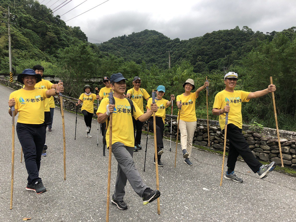帶領長輩拿著「健走杖」上山下海,離開舒適圈、進入「學習圈」。 圖/蘇帆海洋文化藝...