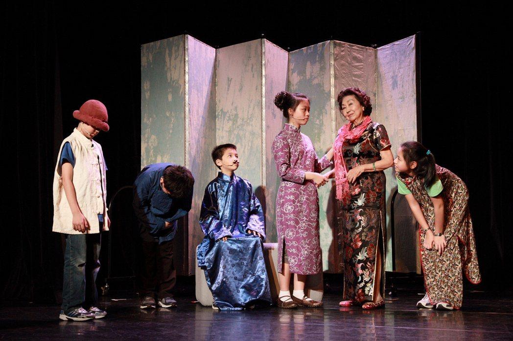 2011年生命劇場《阿智》以一名被母親拋棄,住在車站候車室的小男孩為主角,他每天...