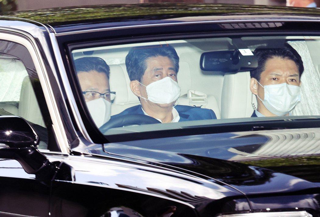 今年8月24日,安倍前往慶應大學附設醫院。 圖/歐新社