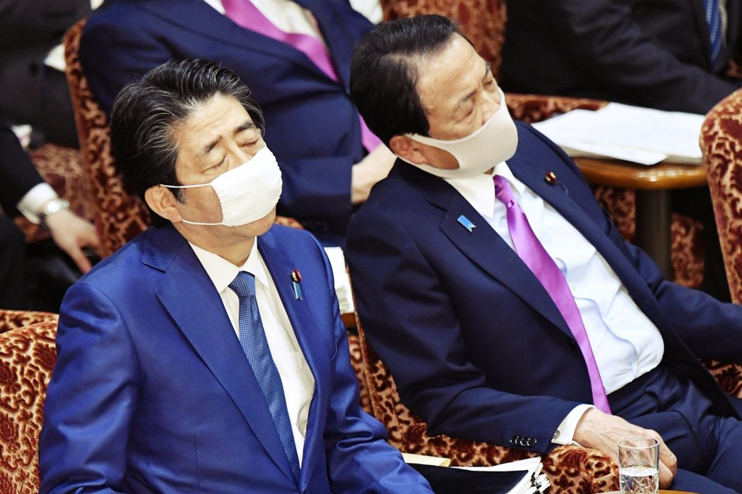 今年4月時,安倍晉三與麻生太郎在國會上議院會議閉目養神,已顯露疲態。 圖/路透社