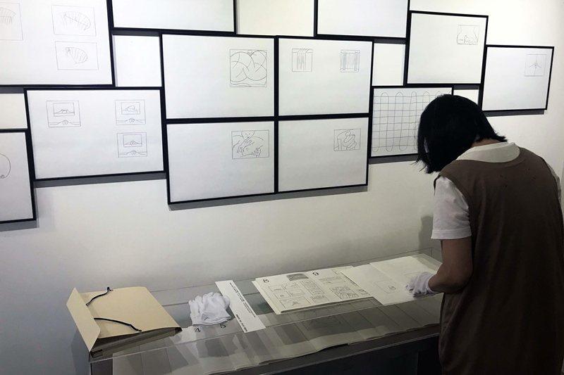 倪和孜的手工書「系列12」,讓參觀者重新省思關於書籍跟藝術品的價格與價值、限量與複本的觀念。 圖/作者提供