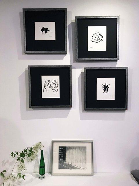 智海的「三叉踢」(右下)、「三叉拳」左上)、「吃屎」(右上)等墨水畫作,直白地表達對港警濫用暴力迫害民眾的悲痛。 圖/作者提供