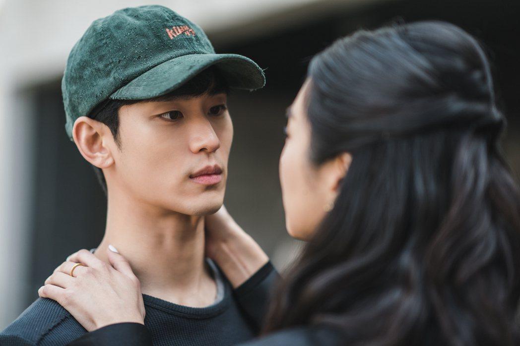 金秀賢(左)與徐睿知主演「雖然是精神病但沒關係」。圖/Netflix提供