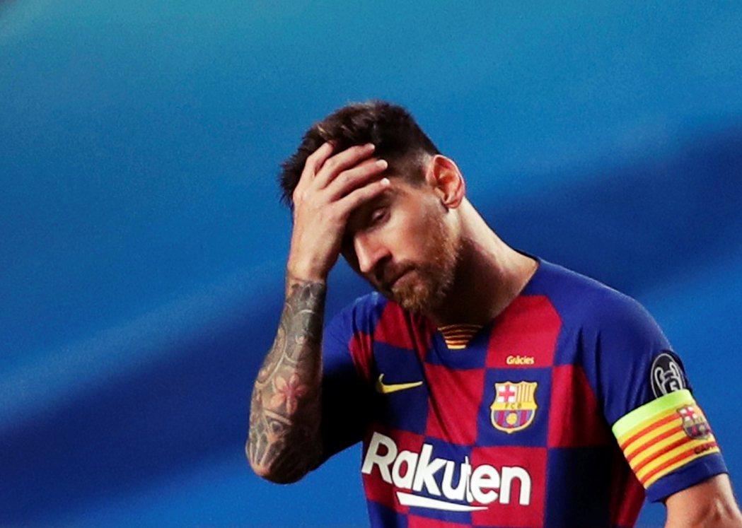 2020年歐冠八強賽,被拜仁慕尼黑以8:2血洗後,陷入球隊重建風暴裡的梅西。 圖...