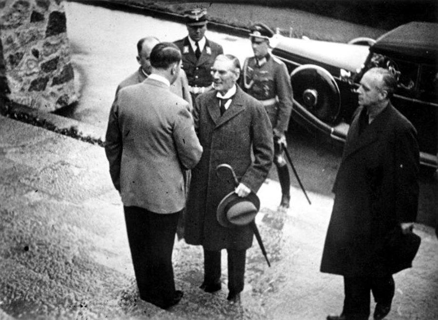 「聖狐」哈利法克斯與希特勒。一九三七年秋季,哈利法克斯前往柏林,與德國元首在貝希...