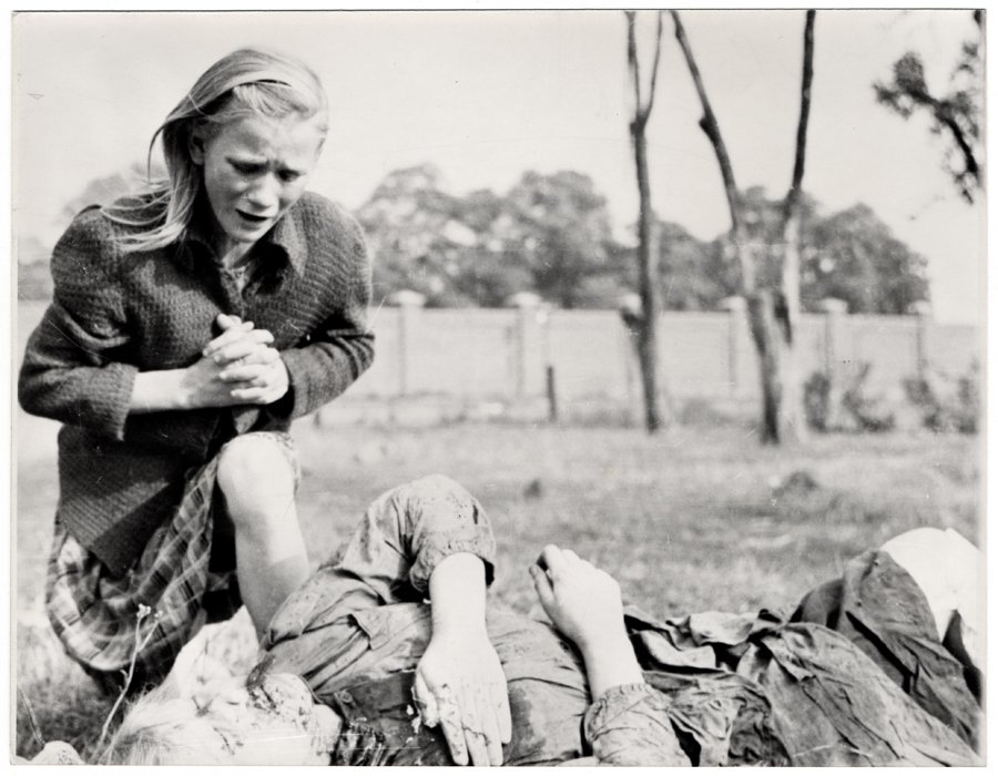 掌心的溫度是...?德軍轟炸華沙後,一名受難死者倒地。他的親人不住對著屍體哭泣。...