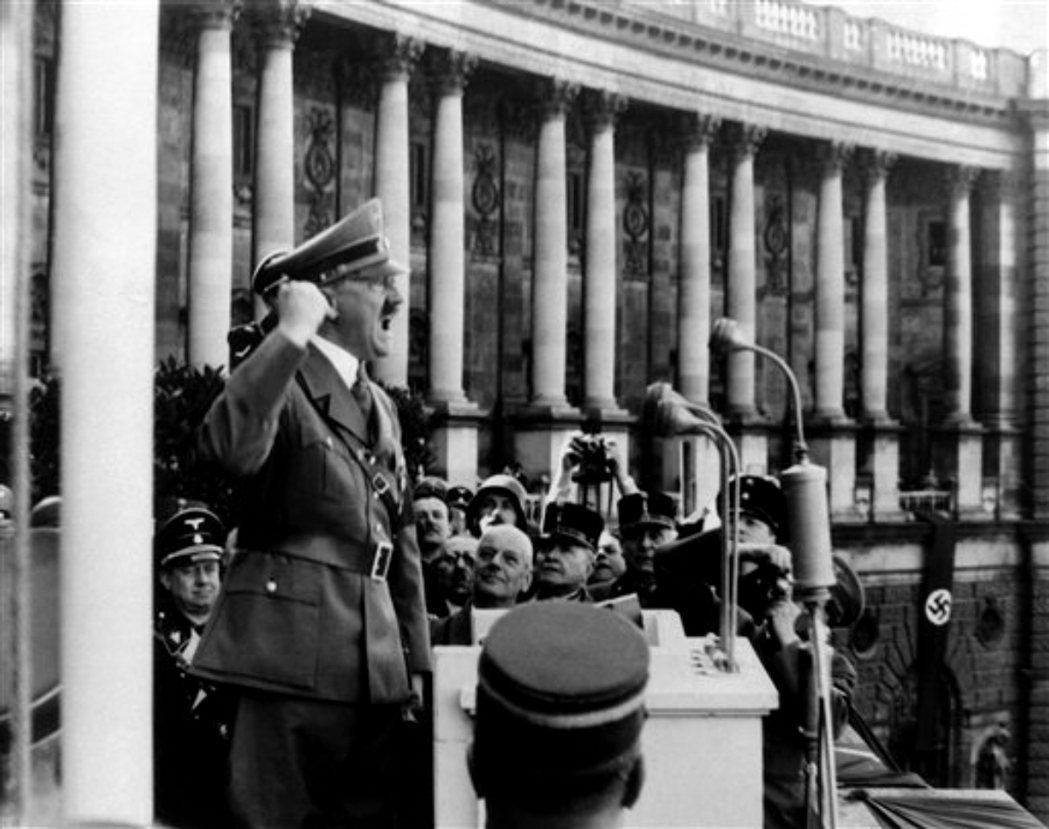 「我已準備好面對一場世界大戰!」對著張伯倫大小聲的希特勒,貌似坦率地向英國首相說...