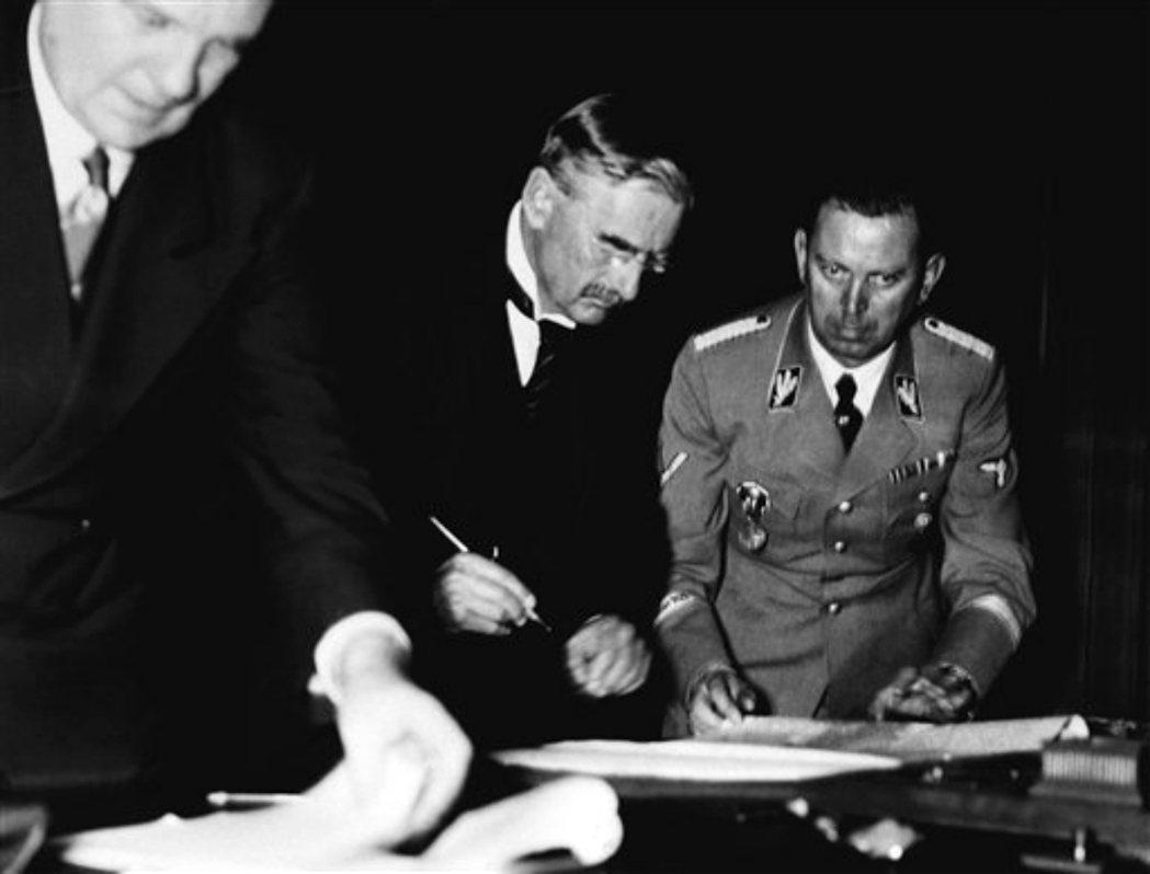 之前希特勒說他的野心僅限於捷克斯洛伐克時,張伯倫相信「希特勒說的是實話」。現在要...