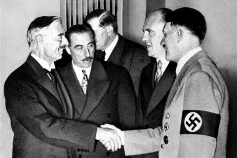 張伯倫再度訪問德國後告訴他妹妹希爾達(Hilda):「我看到希特勒時,他的外表和...