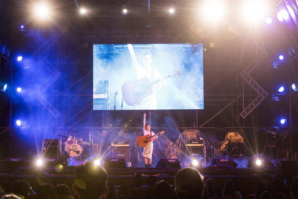 創作才女柯泯薰於音樂祭第一天現場演唱。 圖/屏東縣政府提供