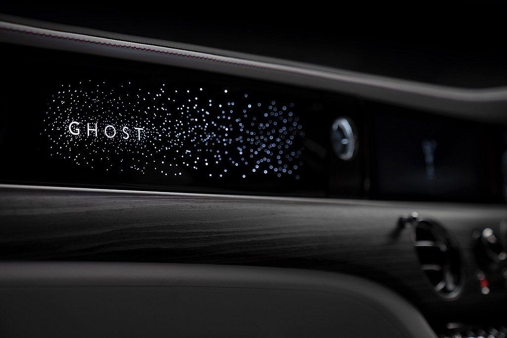 全新勞斯萊斯Ghost的星光飾板設計過程歷經2年,耗時超過10,000個小時。星...