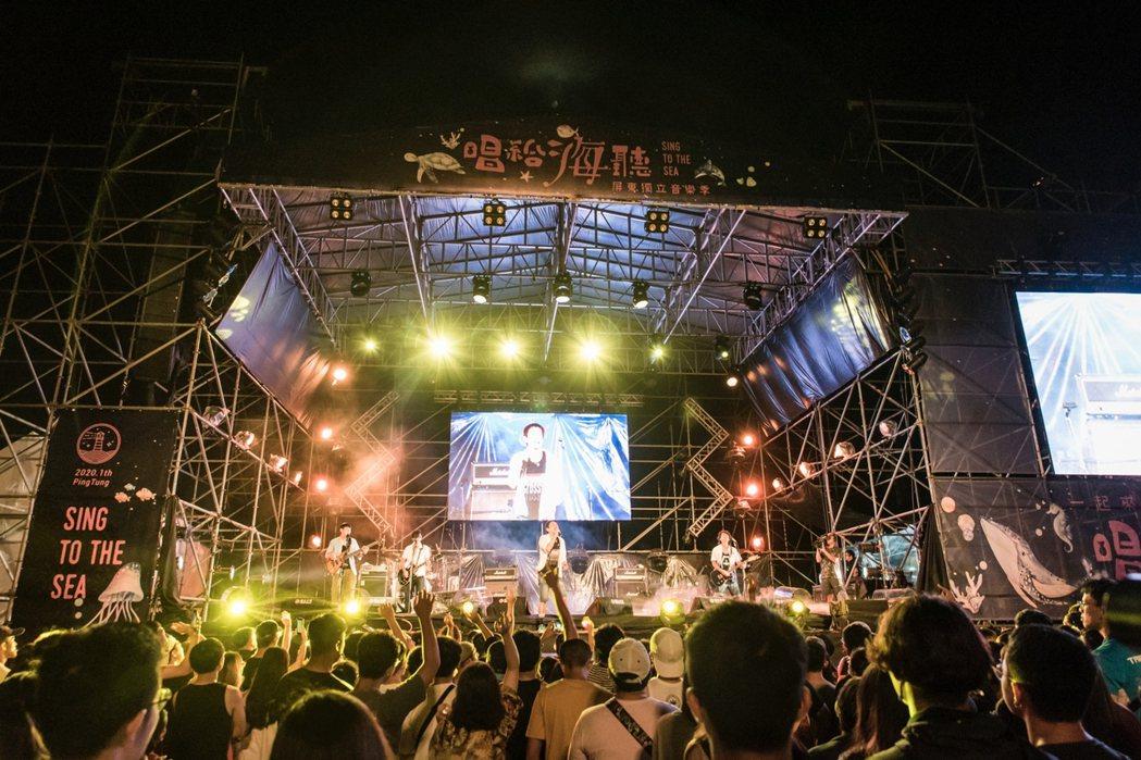 台灣元老級樂團四分衛第一天就開唱。 圖/屏東縣政府提供