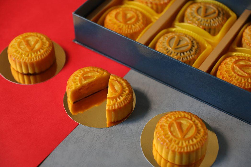 以維多麗亞酒店英式鐘樓剪影為概念推出「金緻秋紅.廣式月餅禮盒」。業者/提供