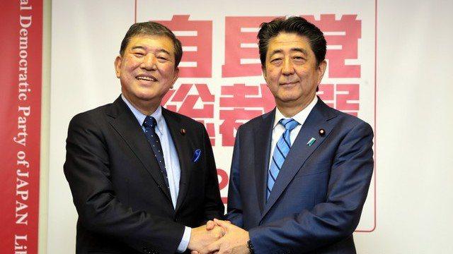 自民黨前幹事長石破茂(左)與日本首相安倍晉三。圖/取自朝日新聞中文網