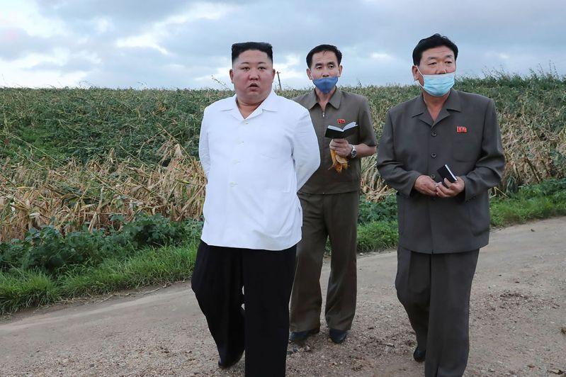巴威颱風(Typhoon Bavi)也在北韓造成災情,吹倒了首都的路樹。不過北韓中央通信社(KCNA)今天報導,領導人金正恩宣稱,北韓「幸運」地只蒙受有限災損。 法新社
