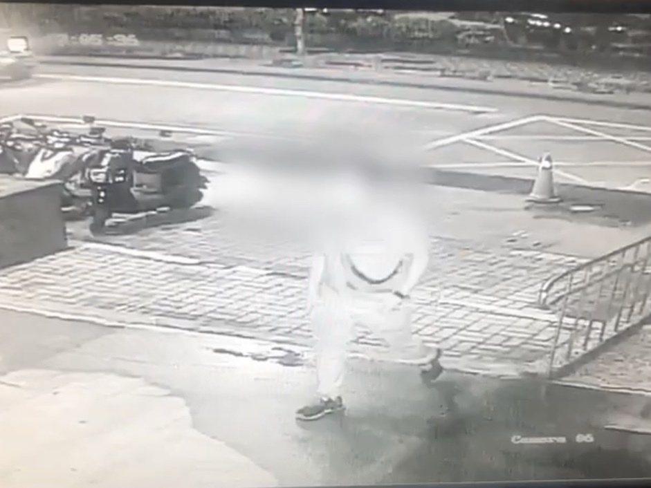 疑似是犯嫌的劉男到林口警分局文化派出所投案。記者柯毓庭/翻攝