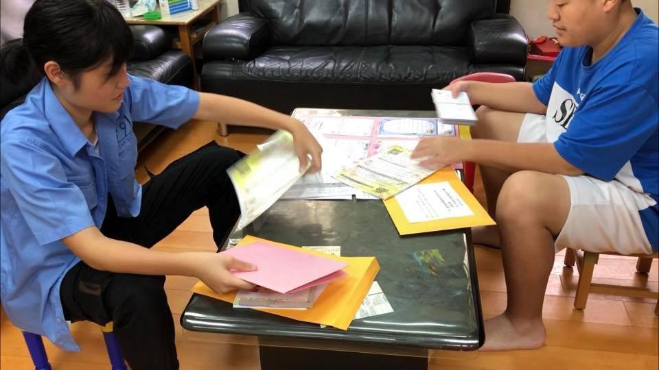 端午清明假期,姊姊李孟庭(左)與弟弟李孟融還是整理各地學校寄來的力挺醫護的信件。...