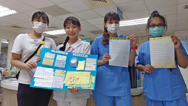 李姓姊弟親手製作的感謝卡細心排版在粉彩紙上,讓衛福部台東醫院急診室護理師大讚貼心。圖/部東醫院提供