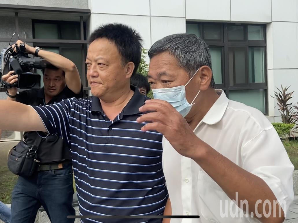 黃姓計程車司機(白衣者)前往警分局說明過程。記者柯毓庭/攝影