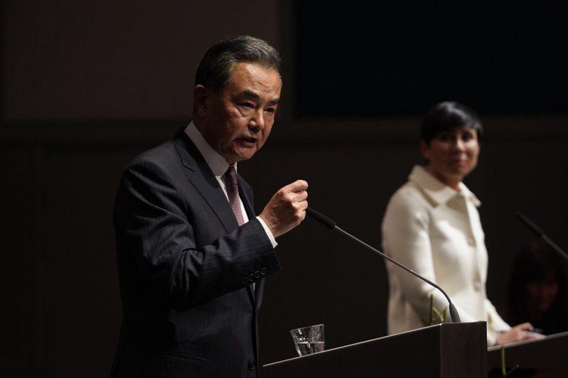 大陸國務委員兼外交部長王毅27日與挪威的外交大臣瑟雷德共同舉行記者會。美聯社