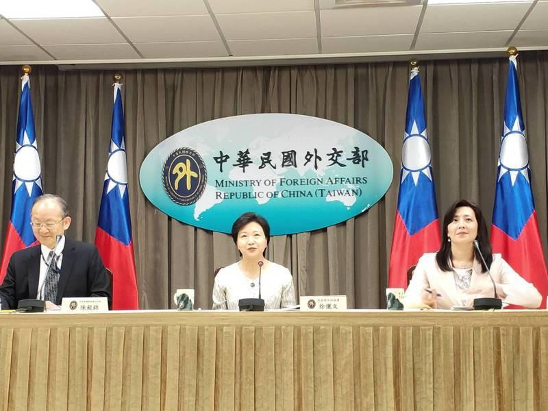 外交部主秘徐儷文(中)說明今年推動參與聯合國推案情形。記者徐偉真/攝影