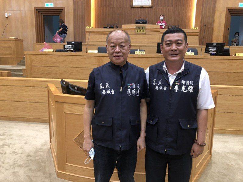 嘉義縣議會新任秘書長李光耀(右) ,11年前跟隨議長張明達(左)當助理,服務選區鄉親,服務熱誠,辦事協調能力強,受議長信任、倚重。記者魯永明/攝影