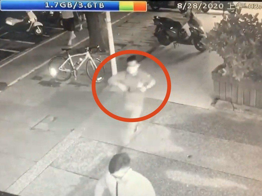 劉邊跑邊從包內掏出犯案槍枝。記者柯毓庭/翻攝自黃國昌粉絲專頁