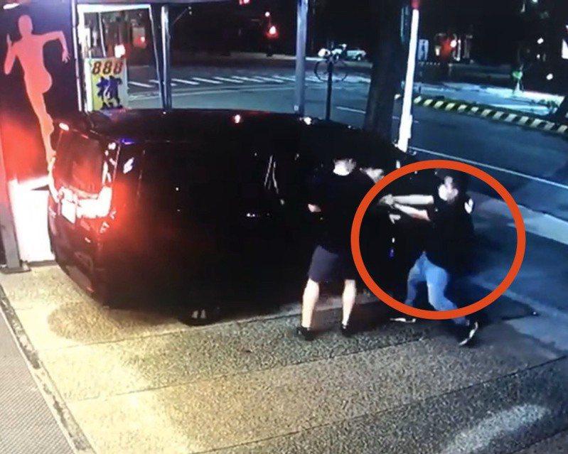 劉跑到館長座車旁後,還停頓了一下才開槍,邊開邊向後退。記者柯毓庭/翻攝自黃國昌粉絲專頁