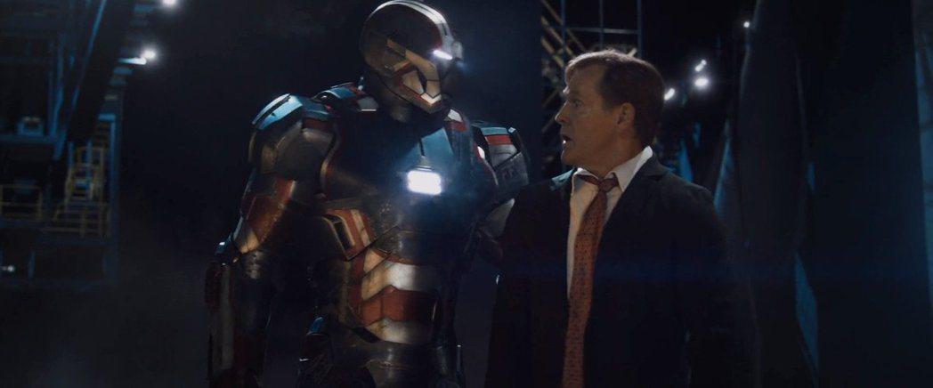 威廉山德勒(右)曾在「鋼鐵人3」飾演美國總統。圖/摘自推特