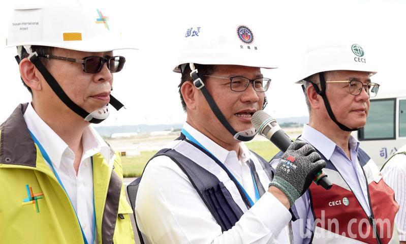交通部長林佳龍(中)28日表示,將再籌措16億元預算,將國旅補助「安心旅遊」方案朝著延長至10月底來努力。記者陳嘉寧/攝影