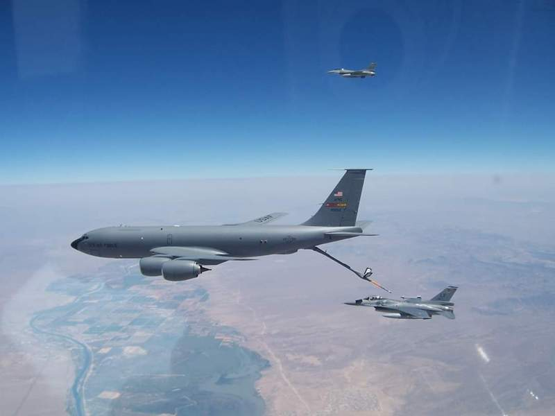 AIT公布我空軍第21戰鬥機中隊與美軍空中加油機,在美國洛克空軍基地執行空中加油任務。圖/取自AIT臉書