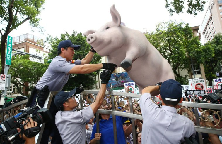 圖為豬農2016年抗議美豬進口資料照。本報資料照片