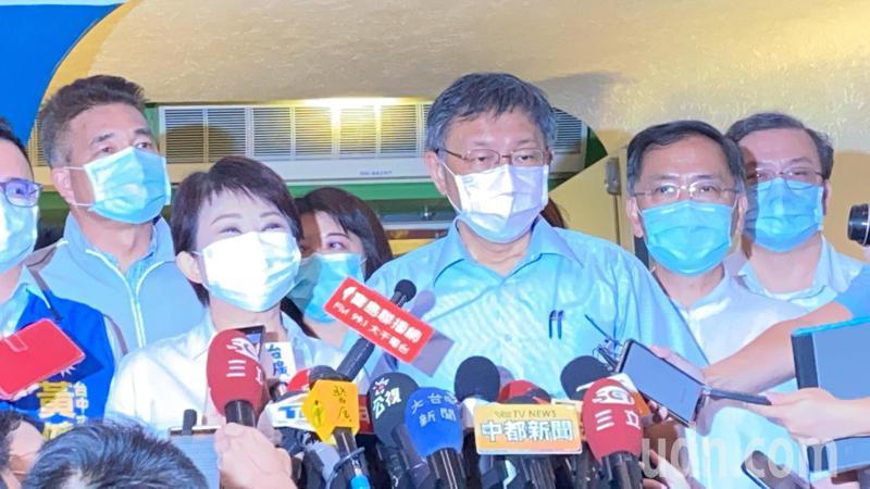 台北市長柯文哲(中)今天對於曾提到「在南部坐公車是傻瓜」事件惹議一事在訪時表示,對個人言語粗俗道歉。記者趙容萱/攝影