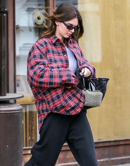 坎達爾珍娜一身輕便搭配alexanderwang水鑽包。圖/取自IG