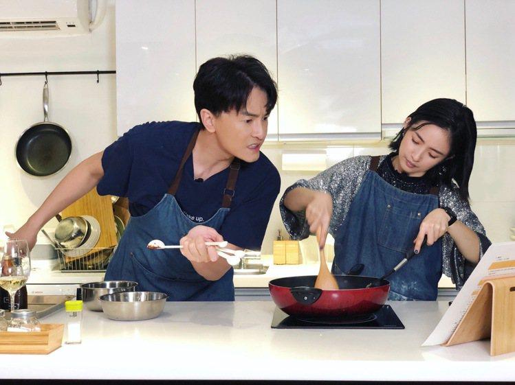 林依晨(左)參加鄭元暢的「不專業廚房」節目,「惡吻」神CP合體。圖/M.I.E....
