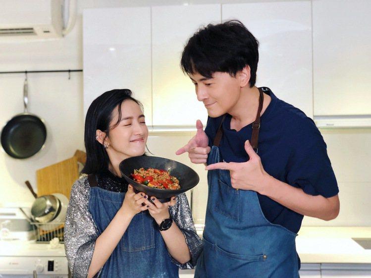 林依晨(左)參加鄭元暢的「不專業廚房」節目,「惡吻」神CP合體讓觀眾回味不已。圖...