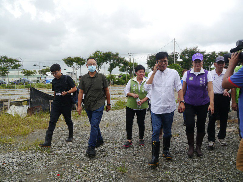 高雄市長陳其邁今天下午勘查岡山瓜田,了解豪雨帶來的農業災損情況。記者徐白櫻/攝影