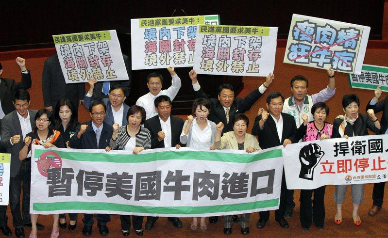2012年4月27日,民進黨立委在立法院議場高喊禁止進口美牛,為國民健康把關。圖/報系資料照(記者陳柏亨/攝影)